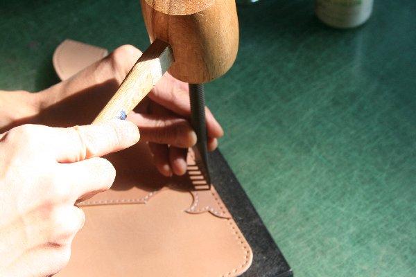 レザークラフトの基本技法4~菱目打ちで縫い穴を開ける