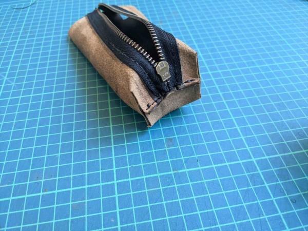 レザークラフト初心者が作る簡単型紙のファスナーペンケースの作り方 (17)_R